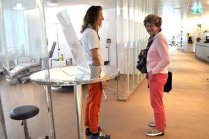 Pflegefachfrau Barbara Rüegg mit Gast im neuen Behandlungsraum